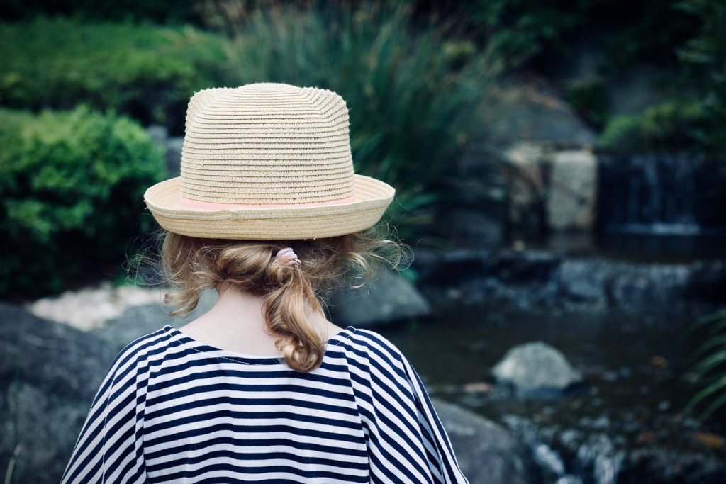 petite fille avec un chapeau de dos