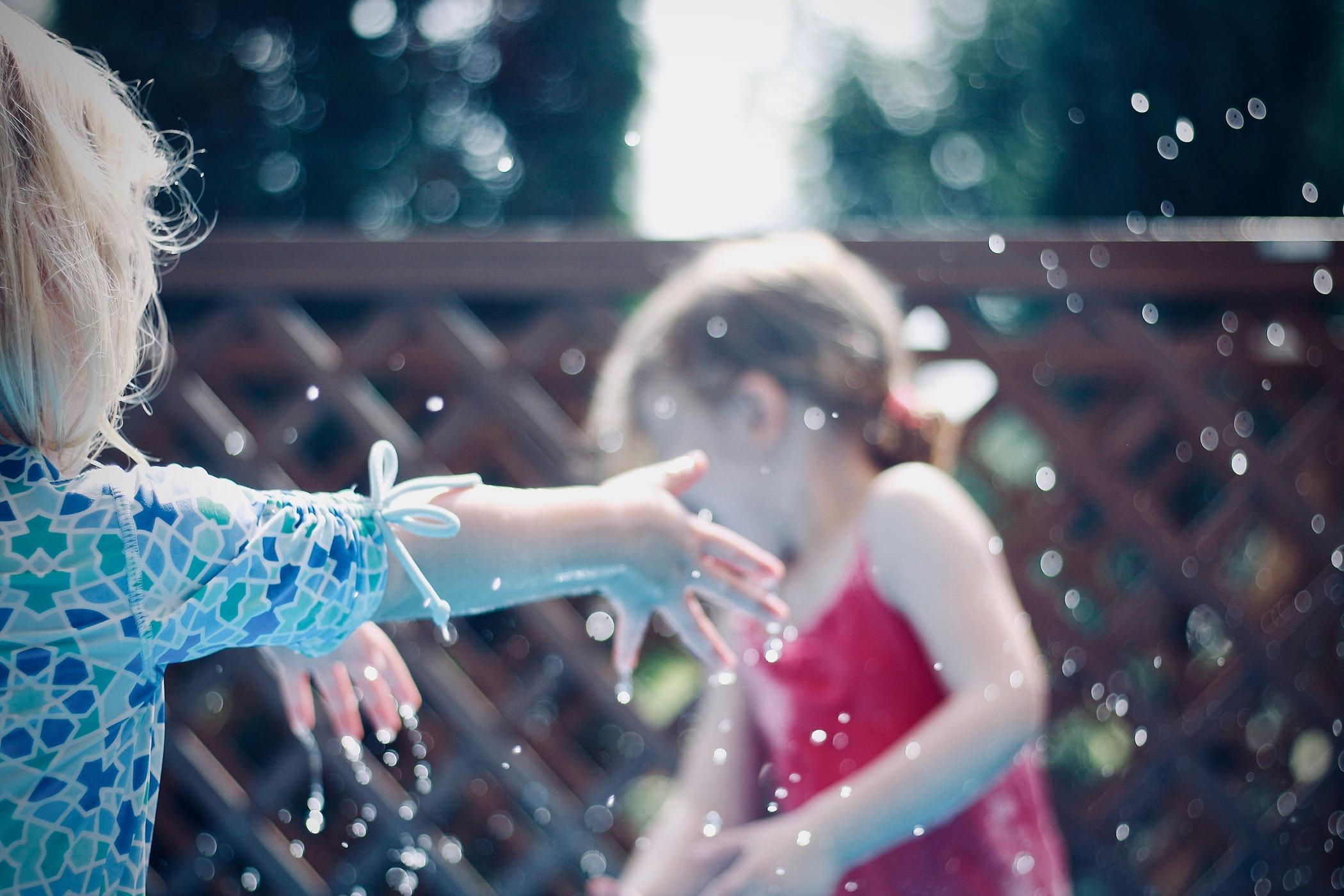 deux filles qui s'amusent avec de l'eau